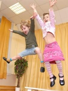 Девочки прыгают